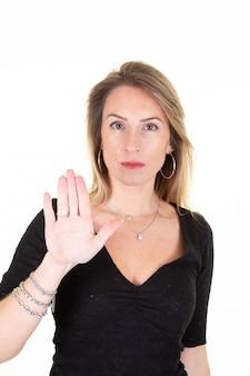 Kobieta pokazując znak stop ręcznie z palmą
