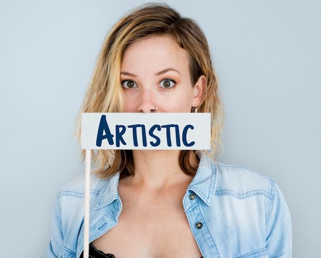 Kobieta pokazująca artystyczny znak portret studyjny