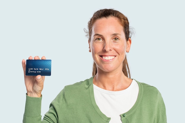 Kobieta pokazująca kartę kredytową