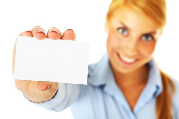 Kobieta pokazująca wizytówkę na białym tle
