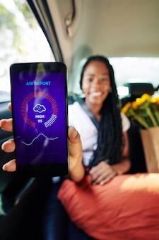 Kobieta pokazuje aplikację prognozy pogody