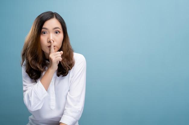Kobieta pokazuje cichy znak