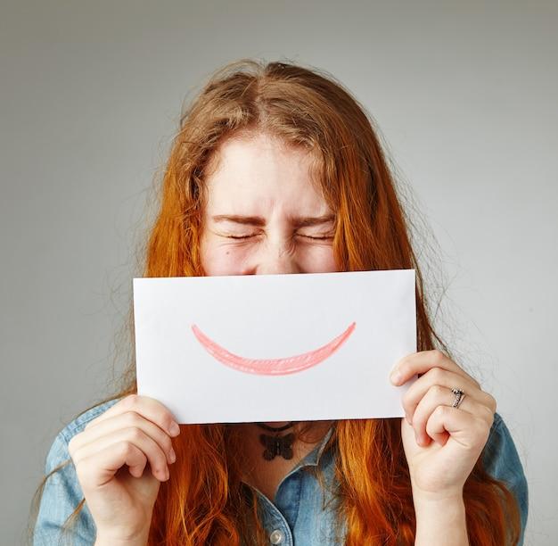 Kobieta pokazuje emocje za pomocą emoji