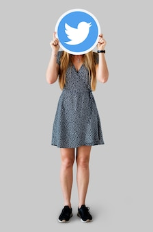 Kobieta pokazuje ikonę twitter