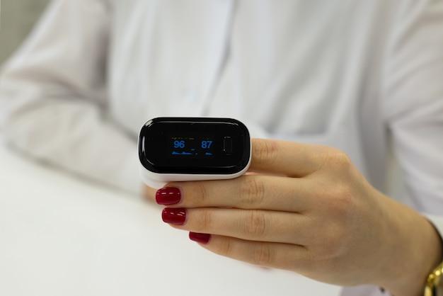 Kobieta pokazuje, jak mierzyć puls