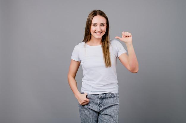 Kobieta pokazuje jeden palec odizolowywającego na popielatym