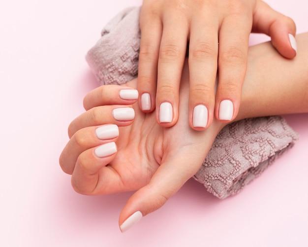 Kobieta pokazuje jej piękne paznokcie