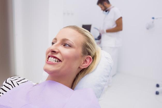 Kobieta pokazuje jej zęby w klinice