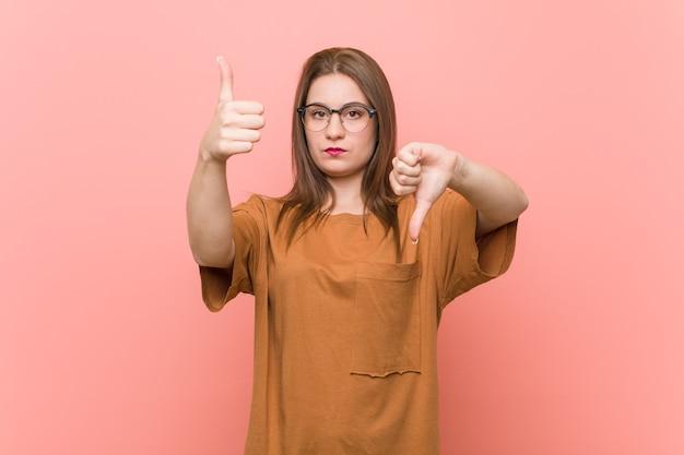 Kobieta pokazuje kciuki w górę i w dół