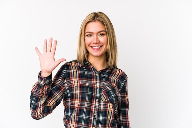 Kobieta pokazuje numer pięć palcami