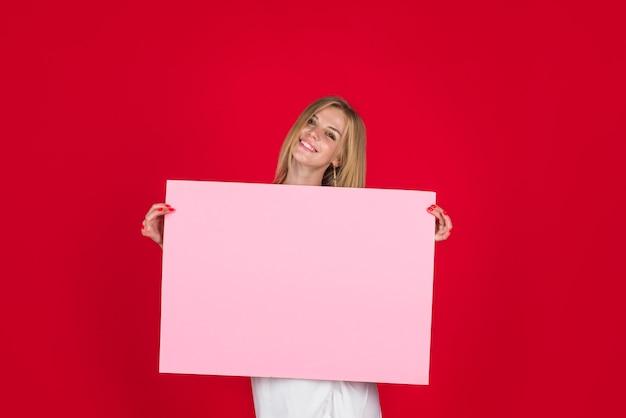 Kobieta pokazuje pustą tablicę tablica reklamowa czarny piątek reklama uśmiechnięta kobieta trzyma pustą