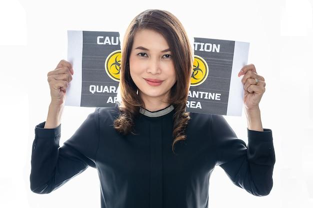Kobieta pokazuje swoją szczęśliwą twarz między kawałkami rozdartego papieru ze słowami dotyczącymi obszaru kwarantanny covid-19. pomysł lub koncepcja na zakończenie, szczęście i wolność po skończeniu i odzyskaniu z coronarivus.