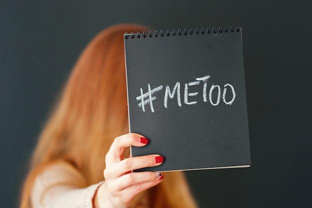 Kobieta pokazuje też notatkę z tekstem