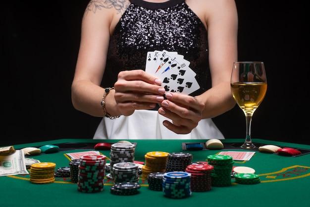 Kobieta pokazuje zwycięską kombinację na kartach