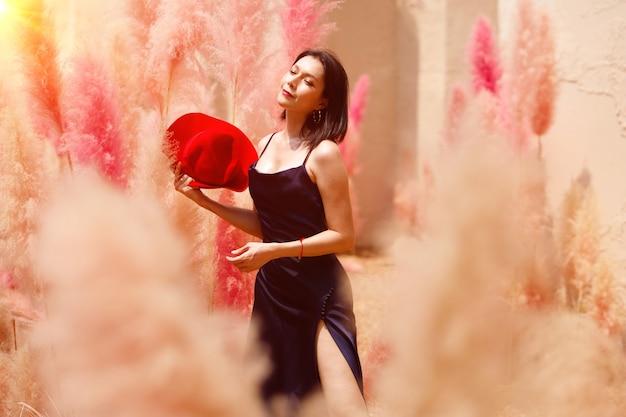 Kobieta pole z pięknym kolorem latem wiosną.