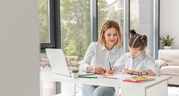 Kobieta pomaga jej uczniowi studiować