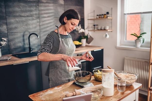 Kobieta pomiaru cukru w skali kuchni