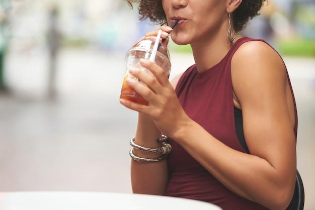 Kobieta popijająca pyszny napój owocowy
