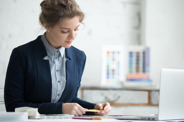 Kobieta porównując kolory