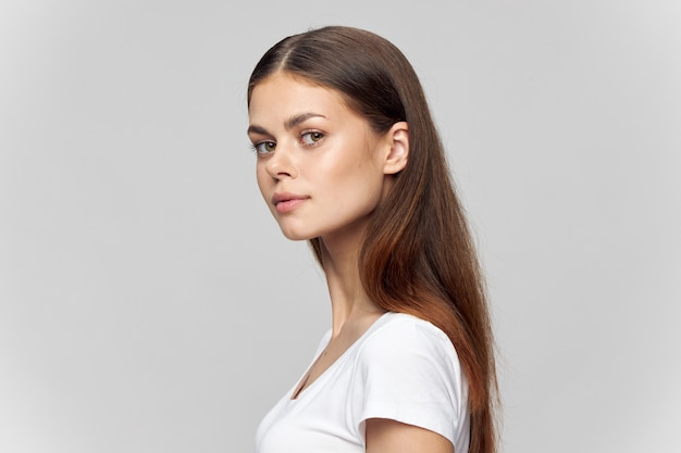 Kobieta portret brunetka koszulka piękna twarz przycięty widok