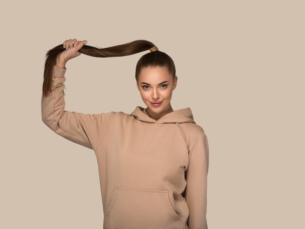 Kobieta portret dorywczo studio naturalne kobiece długie włosy. kolor tła. brązowy