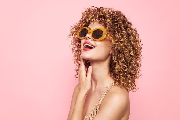 Kobieta portret ręka w pobliżu uroku okulary przeciwsłoneczne kręcone włosy twarzy