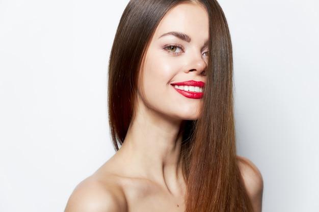 Kobieta portret uroczy uśmiech na białym tle pielęgnacja ciała