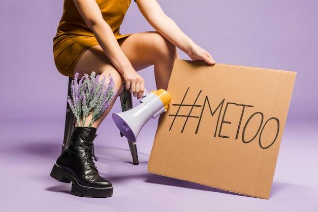 """Kobieta posiadająca znak """"ja też"""" równości płci"""