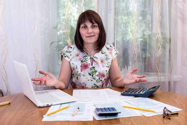 Kobieta potrzebuje pomocy w wypełnieniu formularza 1040