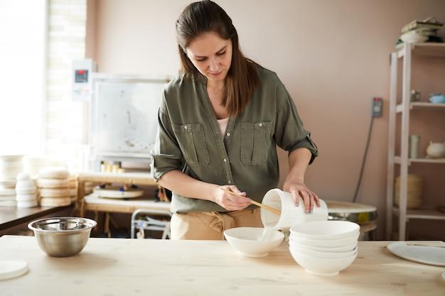 Kobieta potter pracuje w sklepie
