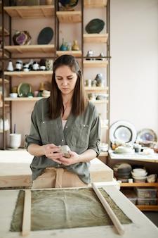 Kobieta potter w studio
