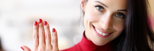 Kobieta powiększyła i poprawiła paznokcie