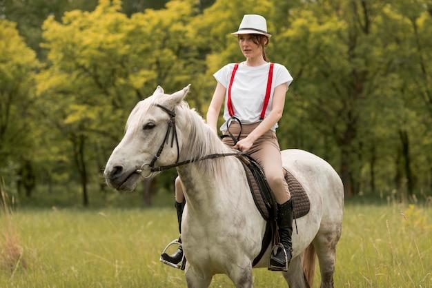 Kobieta pozbywa się konia na wsi
