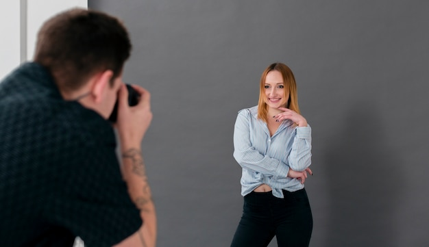 Kobieta pozowanie i mężczyzna robienia zdjęć
