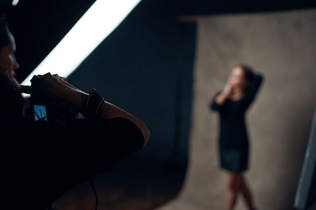 Kobieta pozuje do profesjonalnego studia fotograficznego
