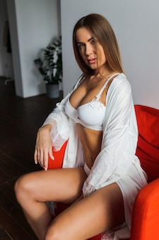 Kobieta pozuje i nosi luksusową bieliznę