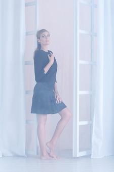 Kobieta pozuje na okno