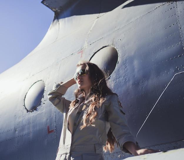 Kobieta pozuje w lustrzanych okularach przeciwsłonecznych