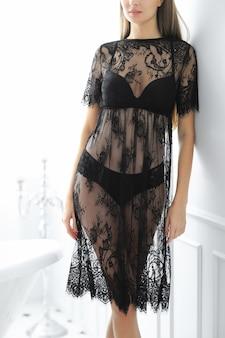 Kobieta pozuje w sukience