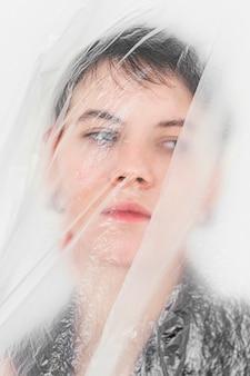 Kobieta pozuje z folią plastikową
