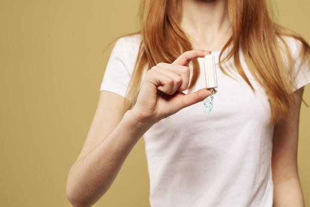Kobieta pozuje z higienicznym produktem kobiecym