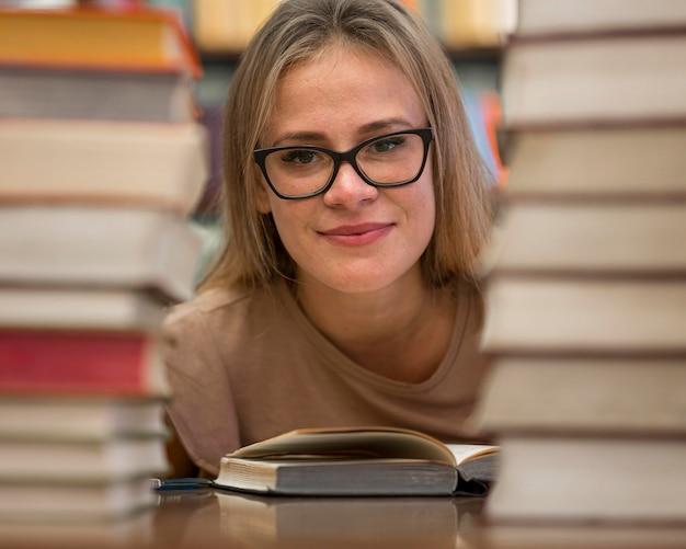 Kobieta pozuje z książkami