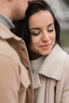Kobieta pozuje z mężczyzna outdoors