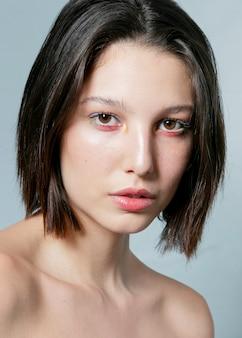 Kobieta pozuje z naturalną twarzą