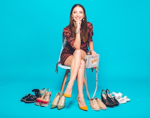 Kobieta pozuje z stylowe obuwie lato moda i torba, długie nogi, zakupy