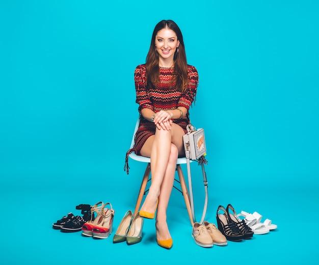 Kobieta pozuje z stylowe obuwie letniej mody i torby, długie nogi, zakupy