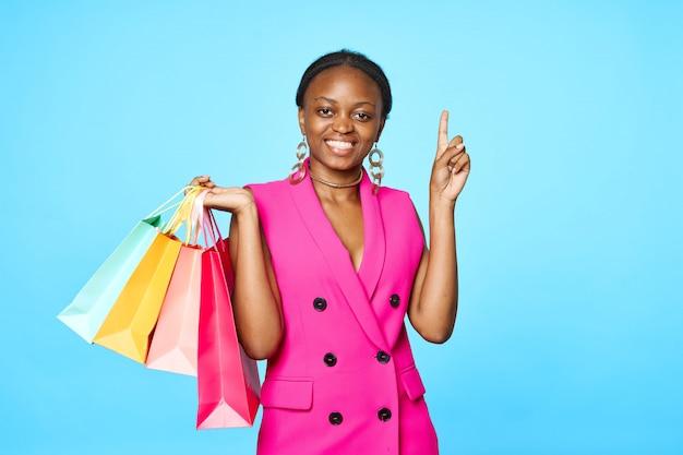 Kobieta pozuje z torba na zakupy