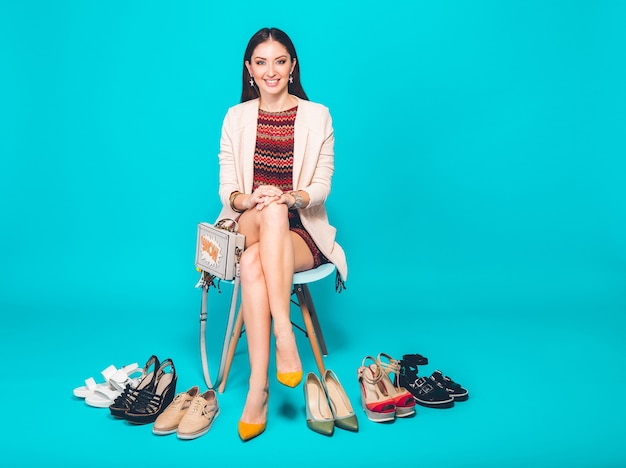 Kobieta pozuje ze stylowym obuwiem