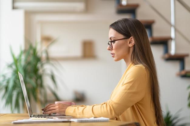 Kobieta praca zdalna na laptopie
