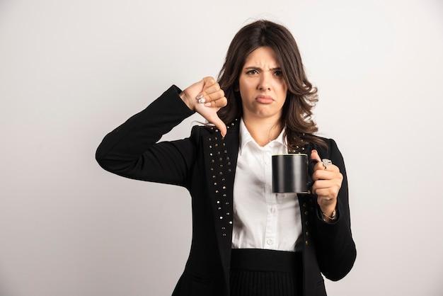 Kobieta pracownik biurowy daje kciuk w dół